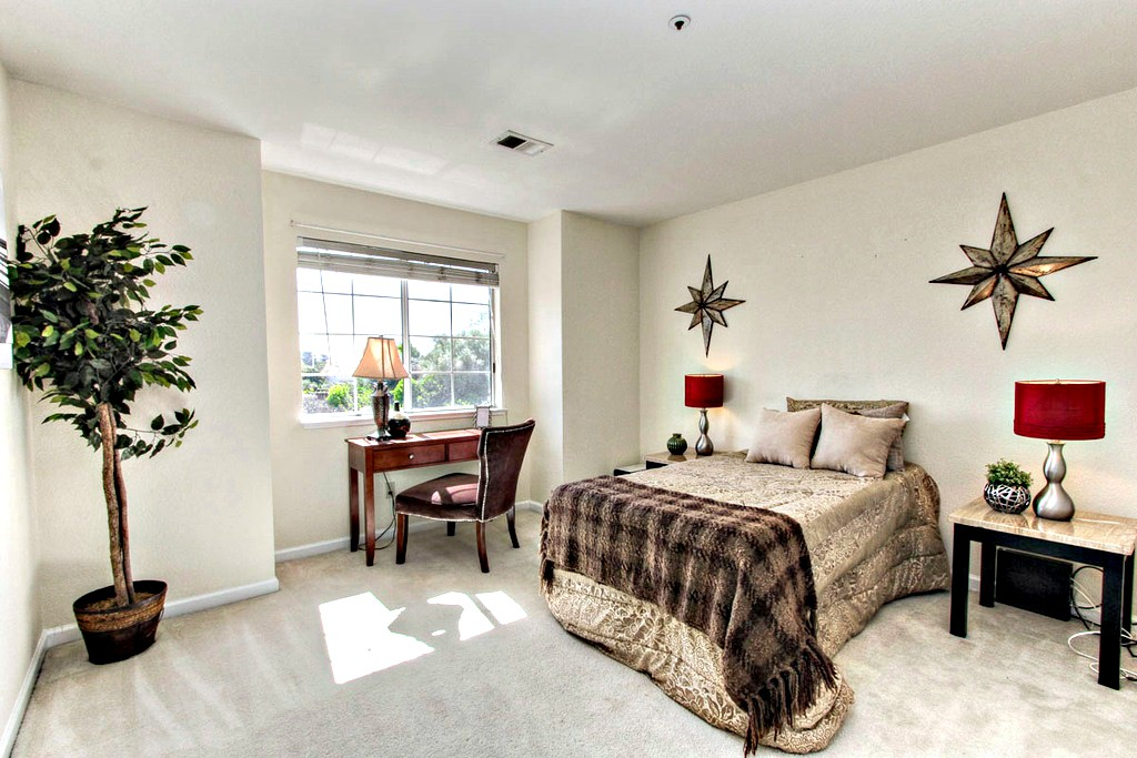 Upstairs Bedroom with Queen Bed | San Francisco Bay Area Vacation Home Rental