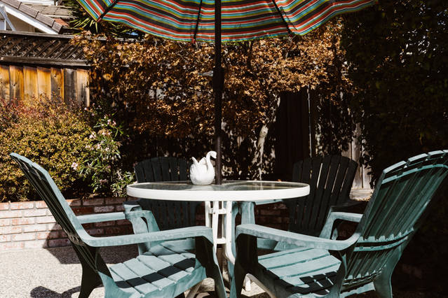 Umbrella_Patio_Table